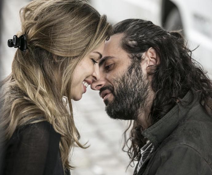 Larissa e Roy se beijam na rua (Foto: Inácio Moraes/Gshow)