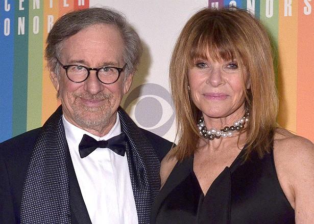 Dois do sete filhos do cineasta Steven Spielberg e de sua esposa, a atriz Kate Capshaw, são adotivos: Theo, que ela adotou em 1988, antes de se casar com o diretor, em 1991, e Mikaela George, que o casal adotou em 1996. (Foto: Getty Images)