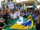 Aécio Neves caminha em Curitiba e promete fim à 'discriminação'