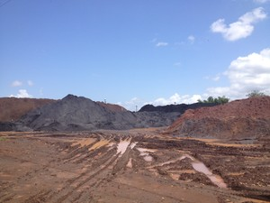 Pilhas de minério de ferro ficam atrás da área do colégio (Foto: Abinoan Santiago/G1)