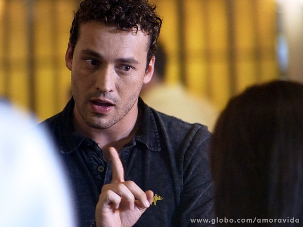 Irônico, o fisioterapeuta também provoca, dizendo que ela está com Vanderlei (Foto: Amor à Vida / TV Globo)
