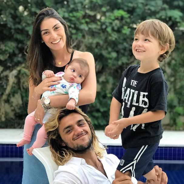 Felipe Simas e Mariana Uhlmann com os filhos (Foto: Instagram/Reprodução)