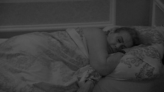 Participantes dormem após noite de festa e show de Projota