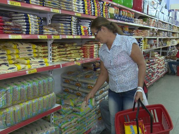 Genilza Taborba diz que o feijão só volta pra mesa de casa quando beixar o preço. (Foto: Pâmela Fernandes/G1)