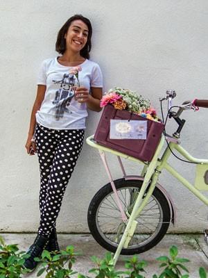 Marina Gurgel entrega flores por São Paulo de bicicleta (Foto: Carol Bastos/ Divulgação)