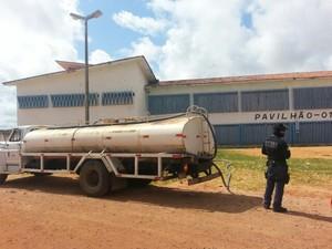 Presídio de Alcaçuz, em Nísia Floresta, RN, está sendo abastecido de água por meio de carros-pipa (Foto: Anderson Barbosa/G1)