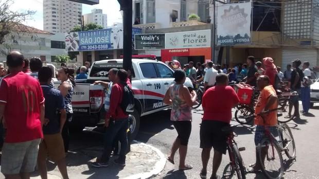 Curiosos em frente na rua da funerária para onde foi levado corpo de Domingos Montagner (Foto: Amós Meneses)