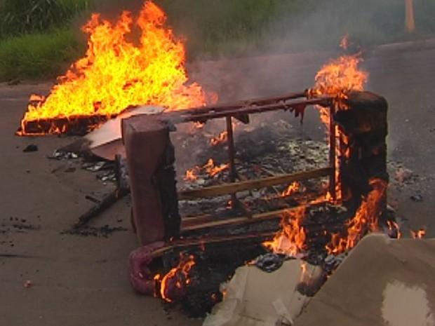 Moradores colocaram fogo em sófas durante protesto  (Foto: Reprodução / TV TEM)