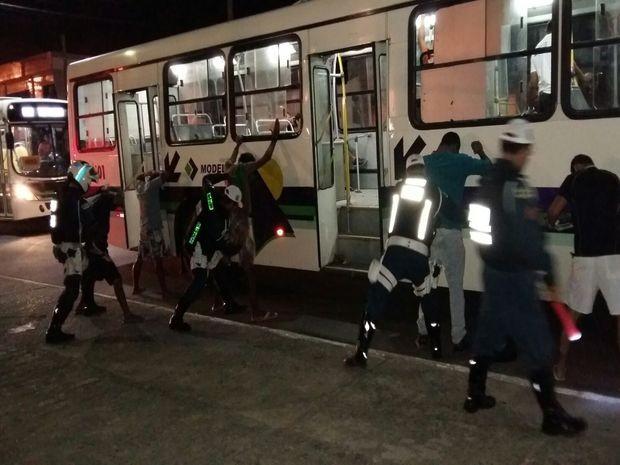 Passageiros de oito ônibus também foram revistados (Foto: CPTran/Divulgação)