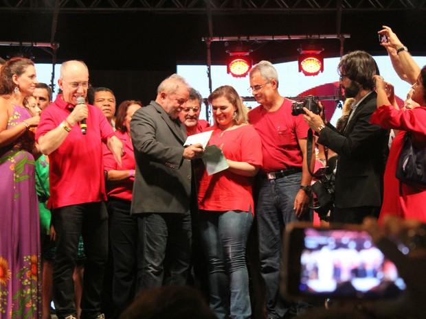 Vereadora Marília Arraes entrega ao ex-presidente Lula ficha de filiação ao PT (Foto: Wilfred Gadêlha / Divulgação)