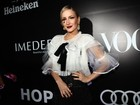 Claudia Leitte usa look Dolce & Gabbana em baile de gala
