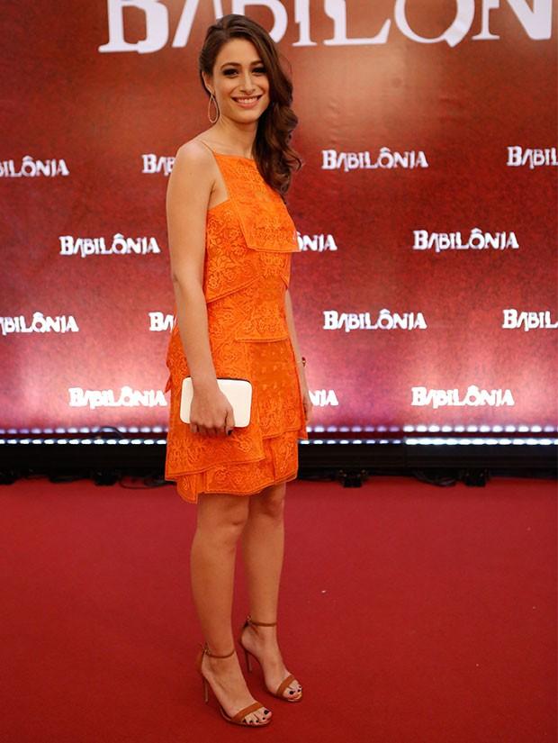 Luisa Arraes aparece com um vestido coral (Foto: Fábio Rocha / Gshow)