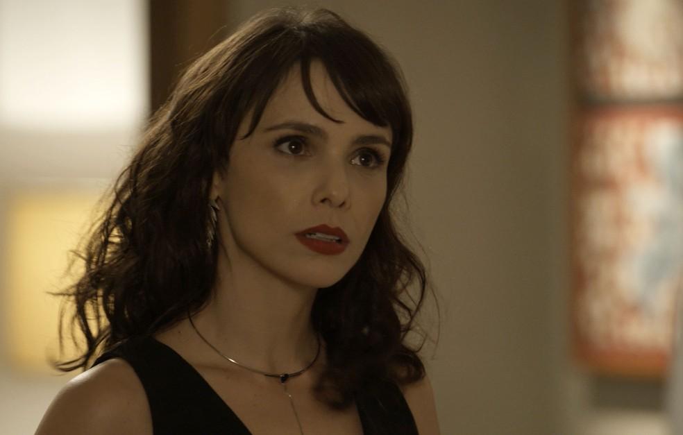 Quando Joyce sai, Irene tem que dar satisfação sobre a 'visita' (Foto: TV Globo)