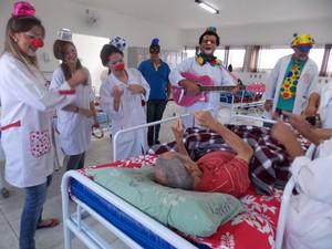 Junto com grupo, pais visitam entidades vestidos de palhaços. (Foto: Arquivo Pessoal)