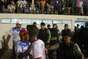 Polícia no jogo Parnahyba x River-PI (Foto: Wenner Titto)
