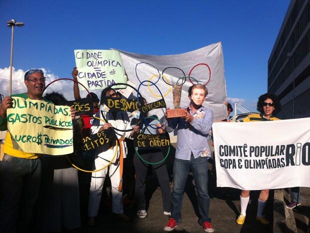 Protesto na chegada da bandeira olímpica ao Galeão (Foto: Bernardo Tabak/G1)