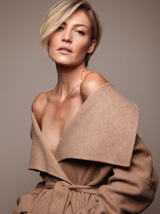 A modelo voltou a usar os cabelos curtos e veio de Nova York para São Paulo especialmente para fazer a mudança (Foto: Divulgação)