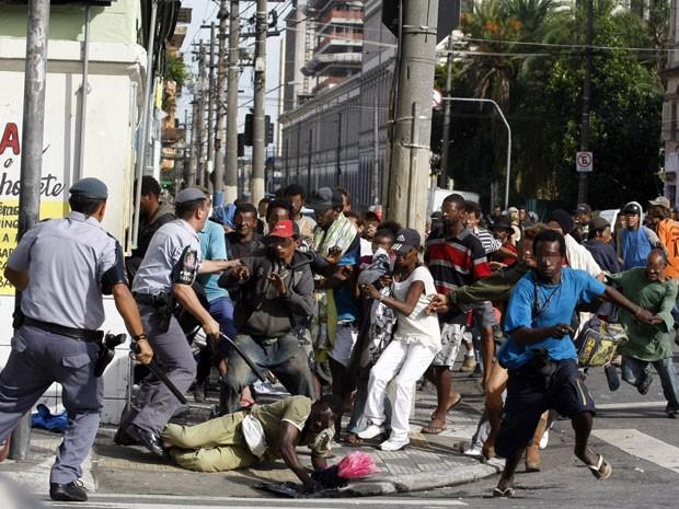 Policiais ocupam Rua Helvétia, que foi tomada por viciados (Foto: Nilton Fukuda/Agência Estado)