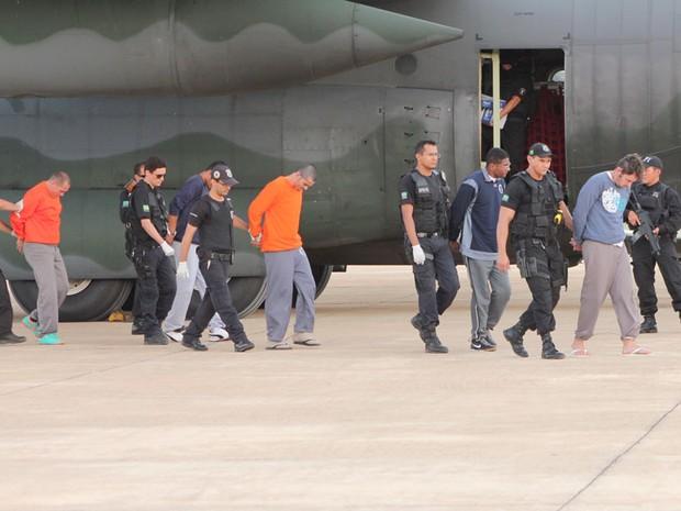 Presos do Paraná chegaram a Mossoró nesta quarta-feira (Foto: Marcelino Neto)