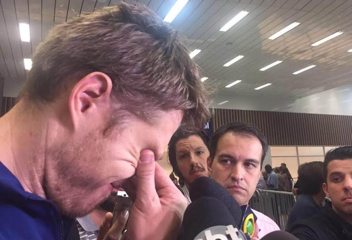 Murilo chorando desembarque seleção brasileira de vôlei (Foto: Cahê Mota)