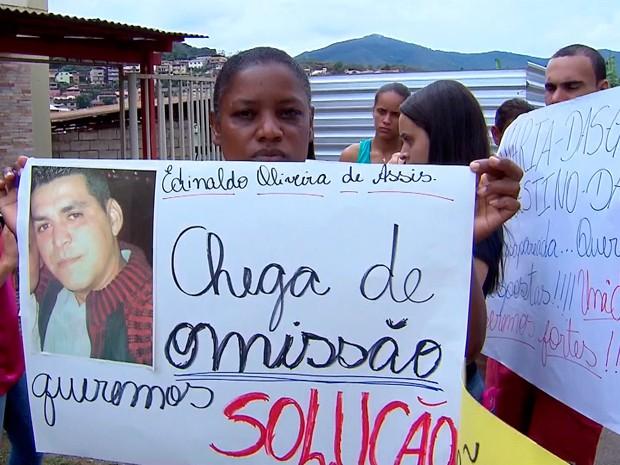 A mulher de Edinaldo Assis, um dos nove trabalhadores desaparecidos, cobra constantemente informações sobre buscas (Foto: Reprodução/TV Globo)