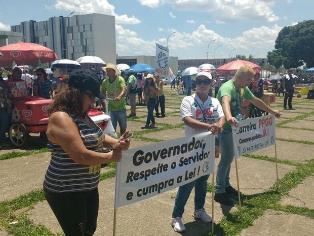 Servidores do GDF seguram faixas em protesto na manhã desta quarta-feira (26) (Foto: Elielton Lopes/G1)