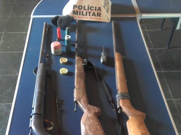 Armas foram levadas para a delegacia (Foto: Polícia Militar/Divulgação)
