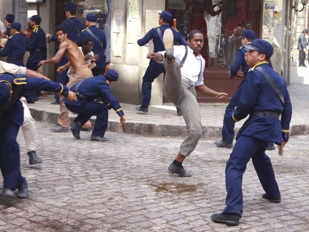Capoeiras enfrentam policiais contra a vacina obrigatória e a cidade fica em guerra (Foto: Divulgação/TV Globo)
