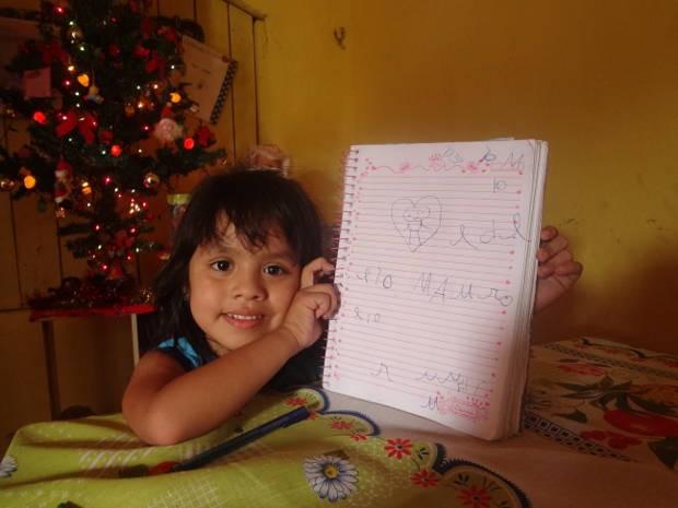 Beatriz desenhou um coração e o nome do delegado (Foto: Luana Laboissiere/ G1)