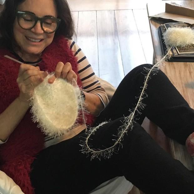 Regina Duarte posta foto fazendo crochê para a neta mais velha (Foto: Reprodução/Instagram)