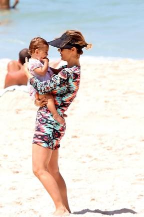 Guilhermina Guinle brinca com a filha (Foto: André Freitas/AgNews)