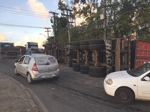 Carreta tombou no Porto Seco Pirajá, em Salvador, Bahia (Foto: Alex De Paula/ G1)