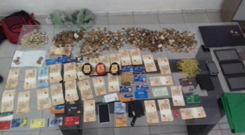 Dentro da residência, policiais apreenderam aproximadamente R$ 40 mil em materiais de higiene pessoal e gêneros alimentícios e mais de R$ 18 mil em espécie, já no ponto comercial, foram encontrados outros R$ 40 mil em mercadoria. (Foto: SSPDS/Divulgação)