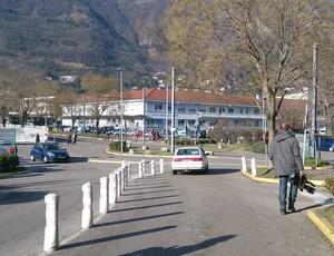 Jornalistas deixam hospital em Grenoble, onde Michael Schumacher está internado (Foto: Felipe Siqueira)