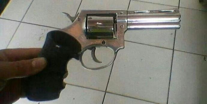 Polícia apresenta arma que seria de torcedor  (Foto: Polícia Militar / Arquivo)