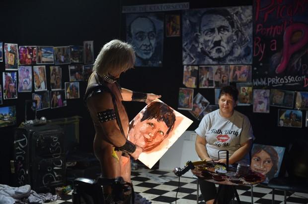 Em 2011, artista australiano revelou que chega a pintar 20 retratos por dia em uma feira erótica. (Foto: Peter Parks/AFP)