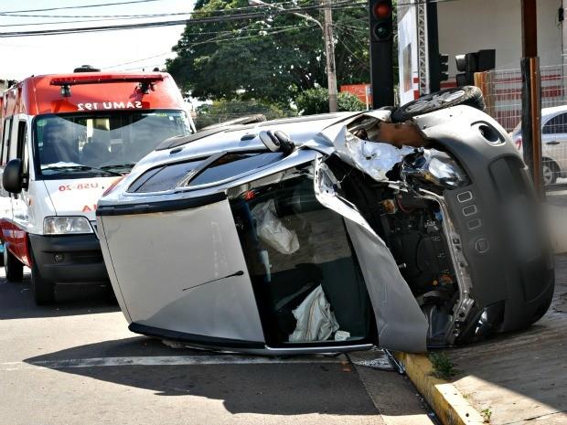 Um dos veículos tombou e o outro rodou e atravessou a pista em acidente na avenida Eduardo Elias Zahran, em Campo Grande (Foto: Tatiane Queiroz/ G1 MS)