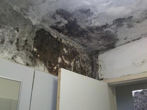 Infiltrações e mau cheiro estão presentes nos quartos masculino e feminino do hospital, em Natal (Foto: Autor anônimo)