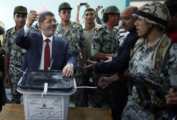 Morsi deposita seu voto durante a eleição que o elegeu presidente em junho de 2012 (Foto: Ahmed Jadallah/Reuters)