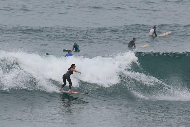 Danielle Suzuki surfa na praia da Macumba  (Foto: Dilson Silva/AgNews)