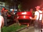 Carro capota e por pouco não cai dentro de canal em Santos, SP