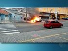 Carro pega fogo no Alto do Ipiranga, em Mogi das Cruzes