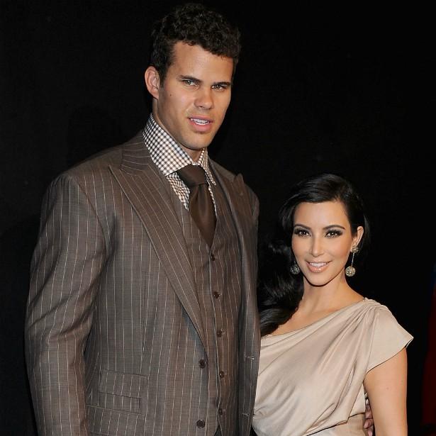 """O casamento da socialite Kim Kardashian com o jogador de basquete Kris Humphries alavancou de modo definitivo a audiência do principal reality show sobre a família da morena, 'Keeping Up with the Kardashians' e custou cerca de 20 milhões de dólares. O romance, porém, durou exatos 72 dias. No maior estilo """"Desculpe, foi engano"""", dois meses e meio após subirem ao altar. (Foto: Getty Images)"""