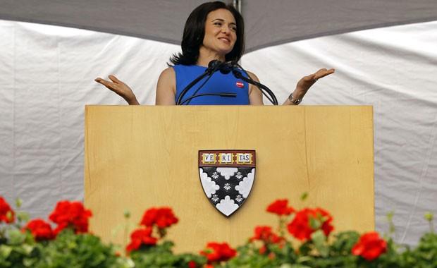 Sheryl Sandberg, vice-presidente de operações do Facebook, falou para alunos da Universidade Harvard (Foto: Brian Snyder/Reuters)