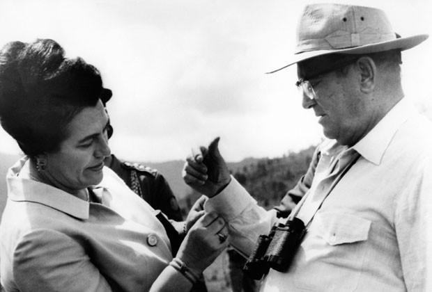 A viúva do ex-dirigente comunista iugoslavo Josip Broz Tito, Jovanka, ao lado de seu marido em foto de 1977  (Foto: AFP)