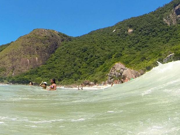 Espremida entre o mar e o verde, a pequena faixa de areia da Prainha parece justificar o diminutivo do nome.  (Foto: Gabriel Barreira / G1)