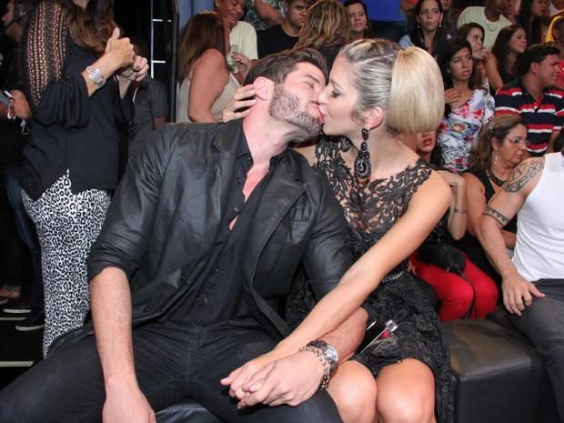 Ex-BBBs Roni e Tatiele Polyana nos bastidores da final do 'BBB 14' (Foto: Thyago Andrade/ Foto Rio News)