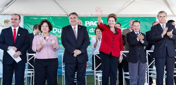 Dilma durante cerimônia de assinatura da ordem de serviço das obras de construção de ponte na BR-101 (Foto: Roberto Stuckert Filho / Presidência)