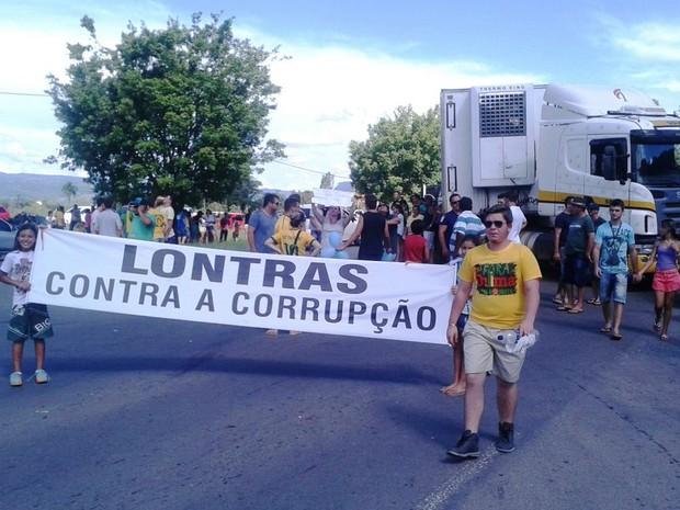 Protesto contra a corrupção em Lontras bloqueou a BR-470, no Vale do itajaí (Foto: Júlio Ettore/RBS TV)