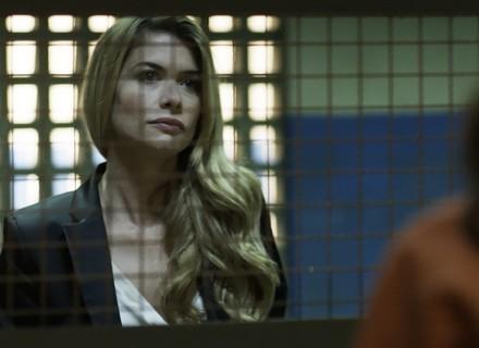 Diana procura Júlia na prisão para falar de Gui
